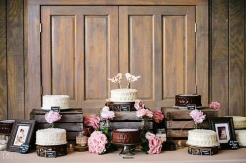 wooden crates and wood slices for holding wedding cakes will be nice for rustic weddings