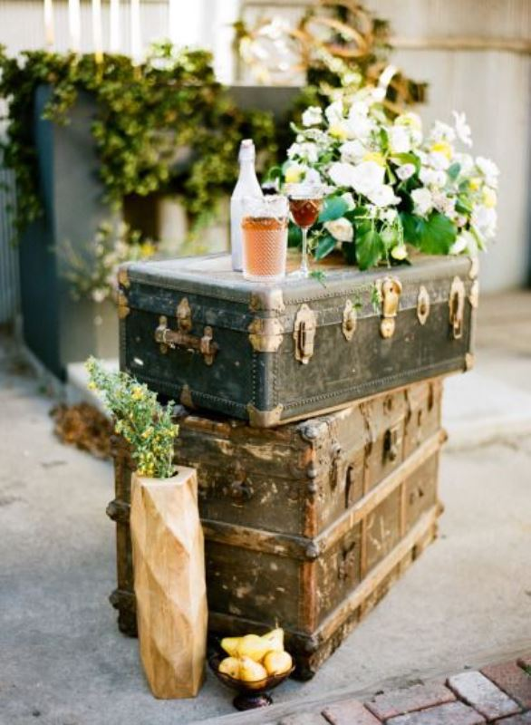 Picture of how to use vintage suitcases in your wedding for Decoration usine vintage