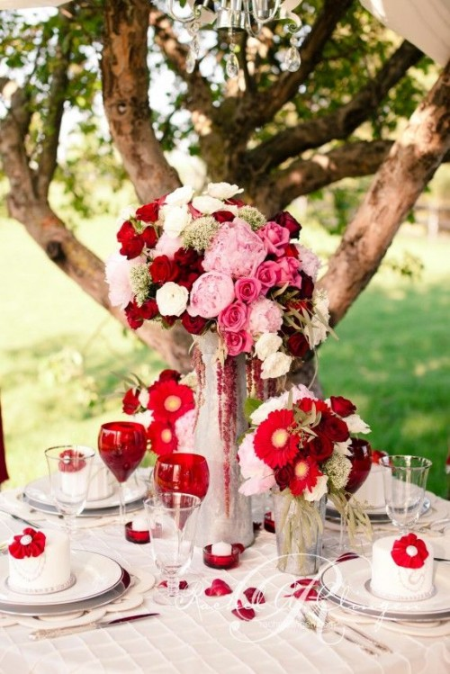 bold and chic floral arrangements in red, light pink, blush and white will be a great choice for a Valentine's Day wedding
