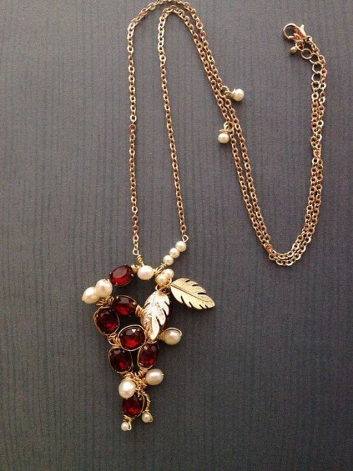 a refined necklace with pearls, gold leaves and marsala berry beads is a lovely and chic idea for a winter or fall bride