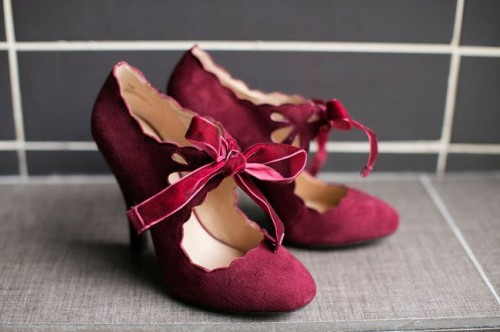 beautiful marsala wedding shoes with a scallop edge and lovely bows will give a vintage and colorful touch to the bridal look