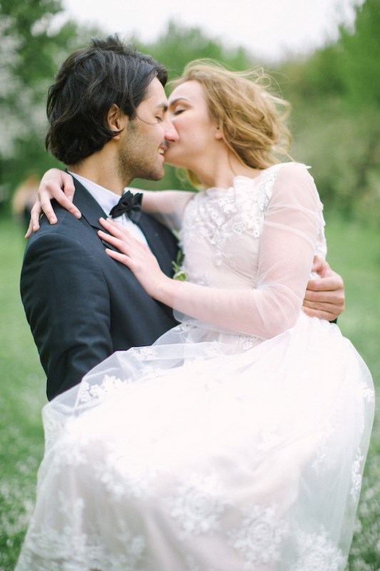 Picture Of romantic white wedding inspirational shoot in a blossoming garden  15
