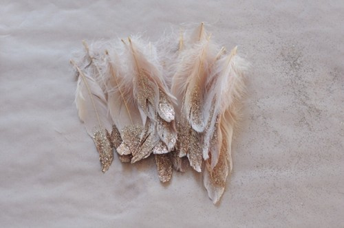 DIY Fancy Glitter Feathers (via weddingomania)