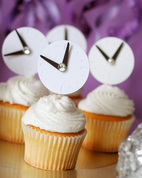 wedding cupcakes topped with cool clocks are perfect for a NYE wedding and they fit amazingly
