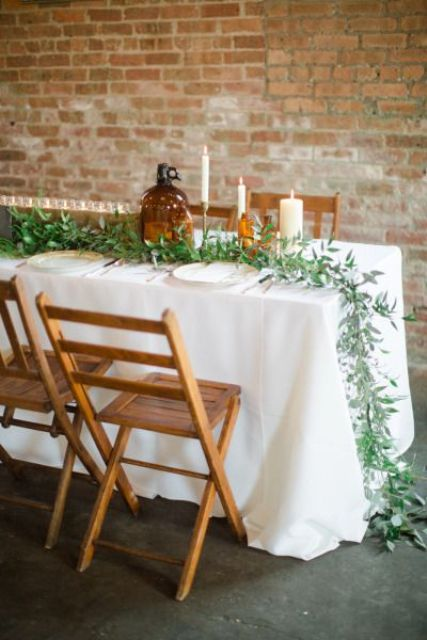 a green table runner on a white tablecloth is a great idea for many weddings, and it looks very fresh