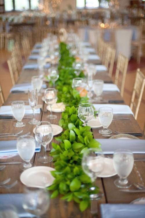 a cute foliage table runner is a chic idea for a simple tablescape, it's easy to DIY