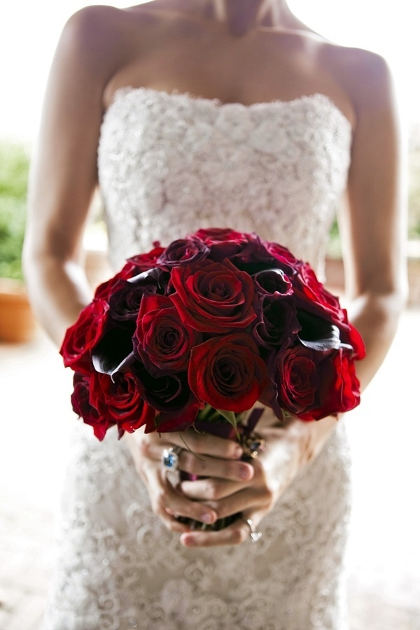 a deer red rose and deep purple callas wedding bouquet is a lovely and bold idea for a Valentine bride, it looks refined and decadent