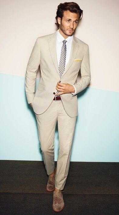 a chic groom's look with a tan suit and tie and a white shirt is a very elegant option for summer