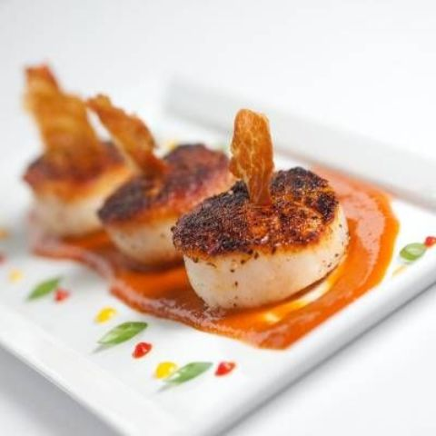 scallops with tomato sauce and herbs are delicious for a seafood-loving wedding in any season
