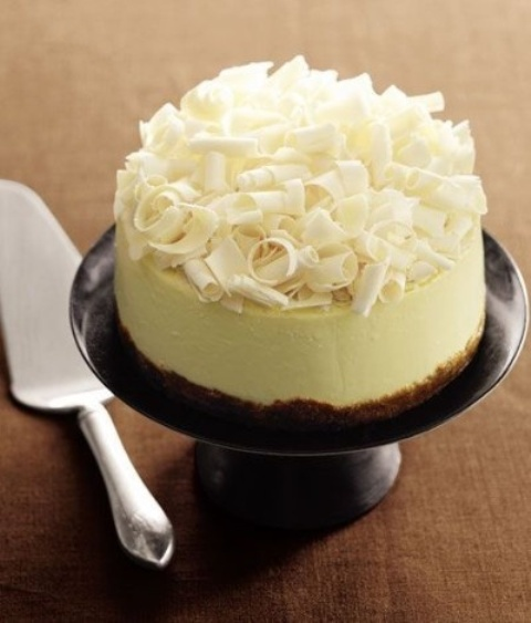 a wedding cheesecake with white chocolate shavings on top is a delicious and cute wedding dessert