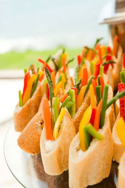 buns with fresh veggies are a delicious appetizer idea, healthy, light and timeless, suitable for a vegan wedding